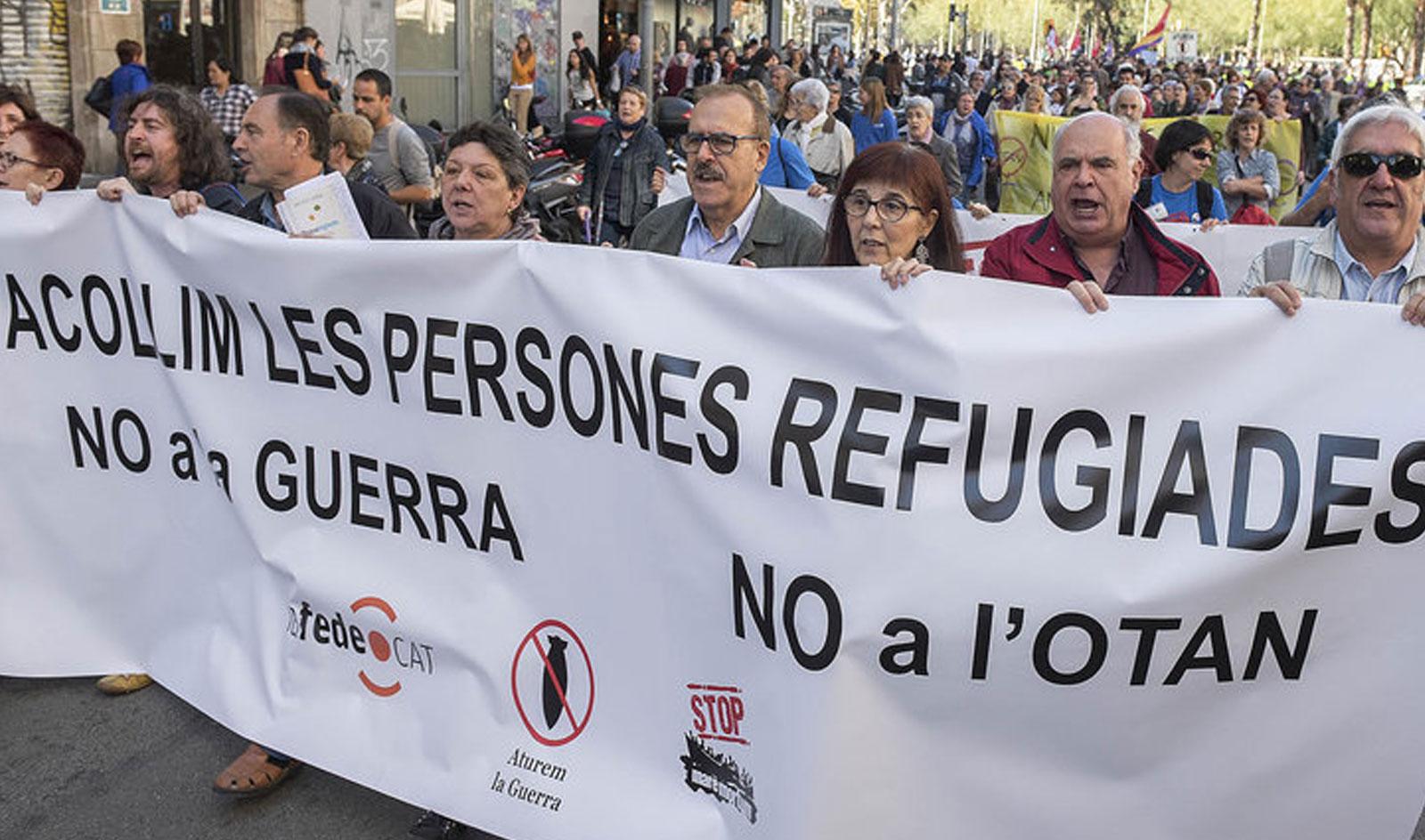La ciutadania surt al carrer en rebuig a les intervencions militars i a favor de l'acollida de les refugiades