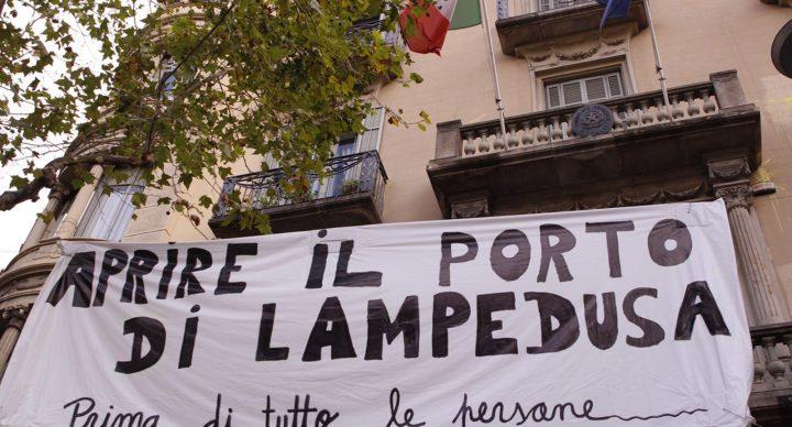 Pengem una pancarta davant el consolat italià per exigir l'obertura del port de Lampedusa